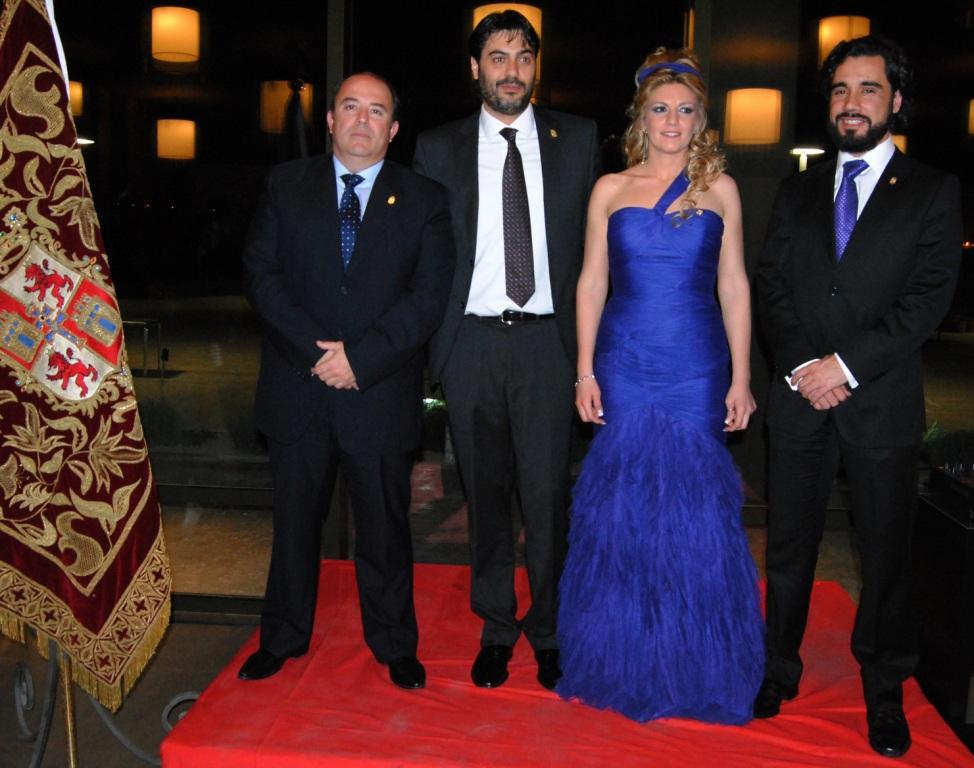 Basilio Piñero, Miriam Castillo y Salvador Campoy reciben los escudos de oro del Bando Cristiano